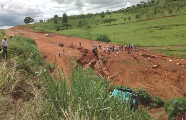 Caminhão cai em barranco de mais de 30 metros na GO-080, em Goiás (Foto: Patrícia Bringel/ TV Anhanguera)