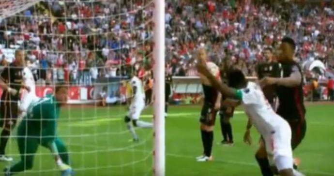 Frame Eto'o gol de mão Antalyaspor x Galatasaray (Foto: Reprodução)