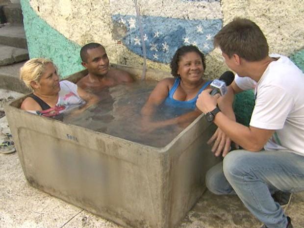 Felipe Suhre mostra que caixa d'água comporta três adultos (Foto: Mais Você / TV Globo)
