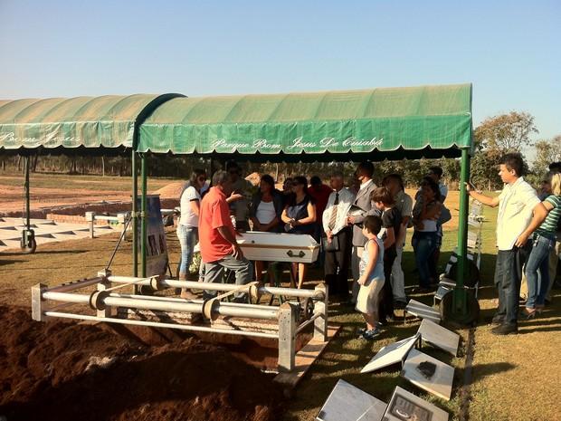 Corpo de adolescente foi enterrado na tarde desta terça (31) em Cuiabá (Foto: Marcelo Ferraz/G1MT)