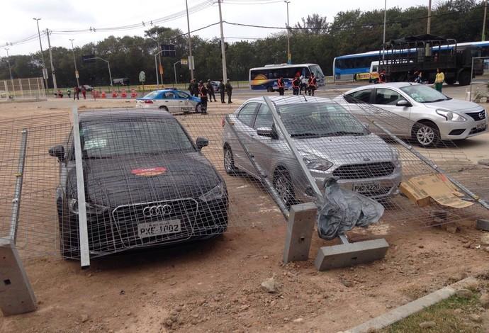 Vento derruba grade sobre carros (Foto: Arquivo Pessoal)