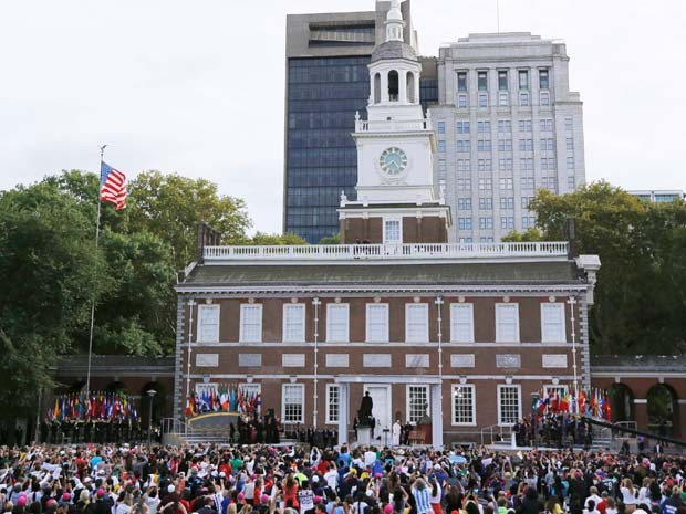Papa Francisco discursa neste sábado (26) no Independence Mall, na Filadélfia (Foto: REUTERS/Jim Bourg)