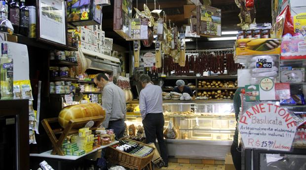 Basilicata: azeites e vinhos dividem espaço com pães e queijos (Foto: Priscila Zuini)