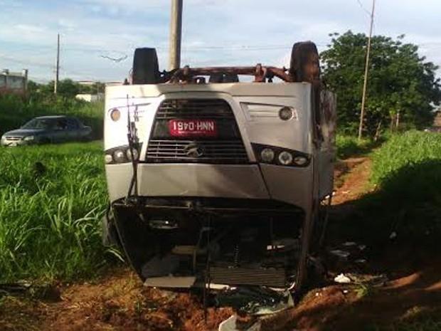 Van capota e deixa quatro feridos na BR-135 em São Luís (Foto: João Ricardo/G1)
