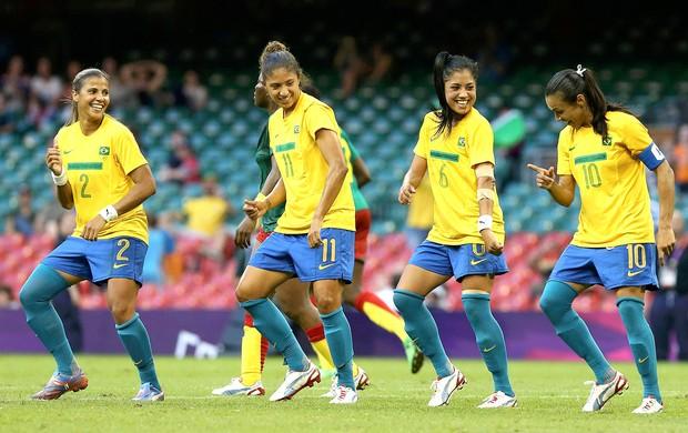 Marta comemora gol do Brasil contra Camarões (Foto: Reuters)