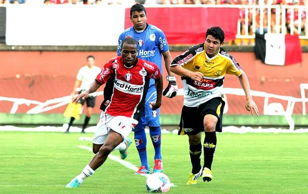 lance de jogo entre Criciúma e Joinville (Foto: Ag. Estado)