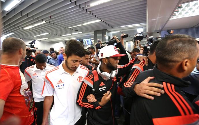 Mattheus Desembarque Flamengo Galeão (Foto: André Durão)