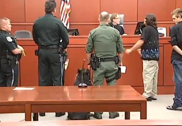 Até o acusado ficou espantado quando o cachorro foi levado diante do juiz. (Foto: Reprodução)