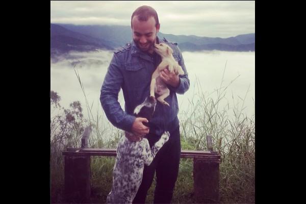 O repórter Adison Ramos não tem cachorro de estimação mas adora os animais (Foto: Arquivo Pessoal)