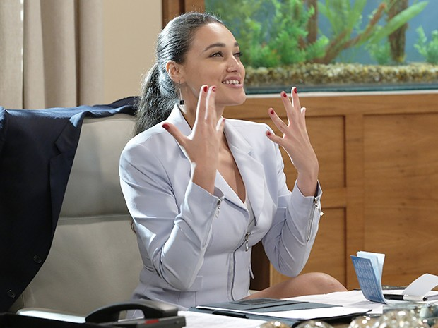 Sueli pede uma joia ostentação para colocar no dedo (Foto: Felipe Monteiro/Gshow)