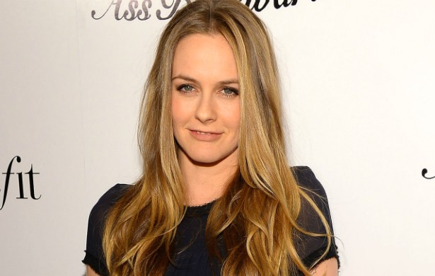 "Você curte o veganismo? Pois saiba que a atriz Alicia Silverstone escreveu um livro inteiro só com receitas vegans: 'The Kind Diet: A Simple Guide to Feeling Great, Losing Weight, and Saving the Planet' (""A Dieta do Bem: Um Guia Simples para Se Sentir Ótima, Perder Peso e Salvar o Planeta""). (Foto: Getty Images)"