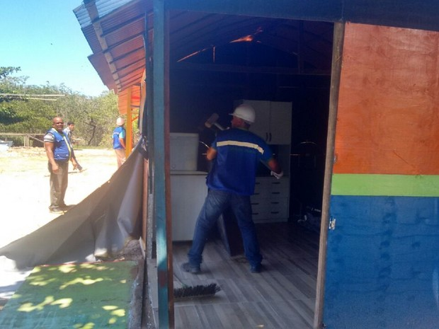 Construções irregulares em APA foram demolidas pela equipe de fiscalização (Foto: Marcio Chagas/G1)