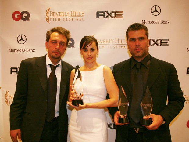Nino Simone, Daniela Escobar e Frederico Lapenda recebem prêmio de melhor filme com 'Bad Guys' (Foto: Arquivo pessoal)