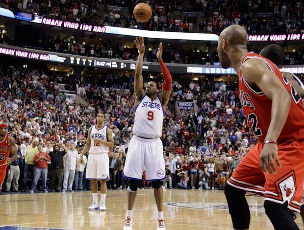 Andre Iguodala comemora vitória do Philadelphia 76ers sobre o Chicago Bulls (Foto: AP)