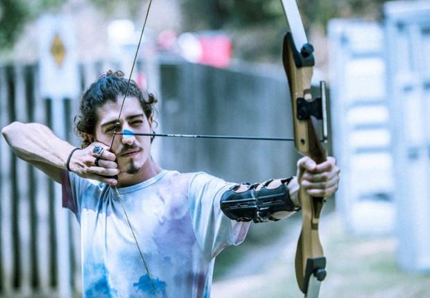 Johnny Massaro treina arco e flecha (Foto: Mauricio Fidalgo/TV Globo)
