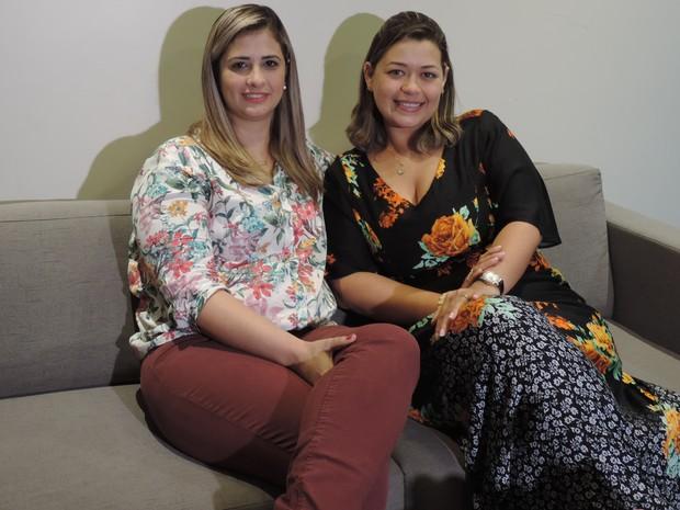 Karla (esquerda) fez a doação para Marcely (Foto: Renata Marconi/G1)