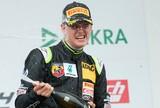 Filho de Schumacher vence primeira corrida no automobilismo profissional