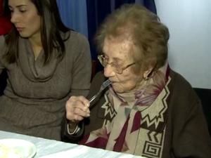 Dona Álida completou 113 anos neste domingo (10) no Norte de Santa Catarina (Foto: Reprodução/RBSTV)