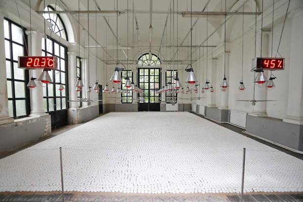 Obra 'a sala de espera' é feita pelo artista Koen Van Mechelen durante uma campanha para acampamento de verão (Foto: Bruno Fahy/AFP)