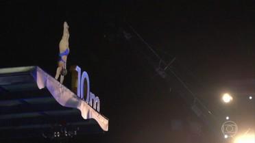 Juliana Veloso faz demonstração na plataforma de 10 metros