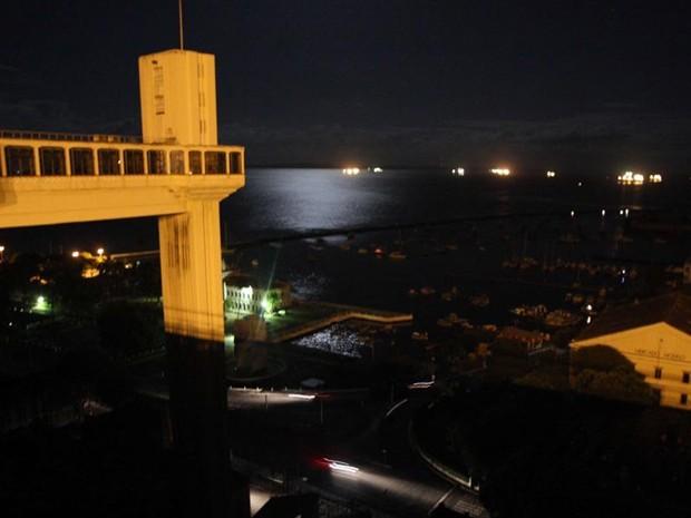Na cidade de Salvador a falta de energia deixou as vias e os pontos turísticos às escuras iluminados somente pela lua (Foto: Vaner Casaes/BAPRESS/Estadão Conteúdo)