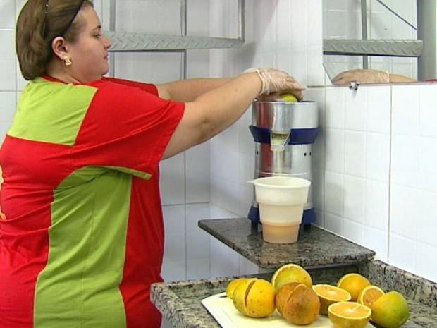 Suco deve ser tomado sem açúcar para ter o benefício (Foto: Rodrigo Sargaço/EPTV)