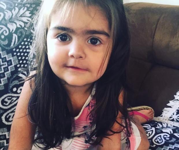 A mãe de Alice (foto), 2 anos, sofre pressão para modelar a sobrancelha da menina (Foto: Arquivo Pessoal)
