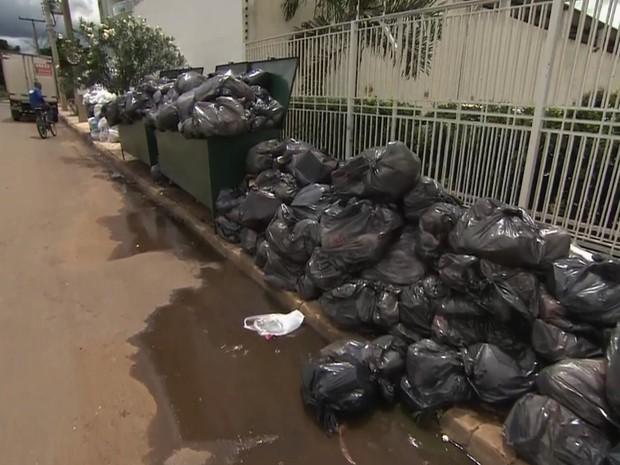 Moradores de vários bairros reclamam da falta de coleta de lixo, em Goiânia (Foto: Reprodução/TV Anhanguera)