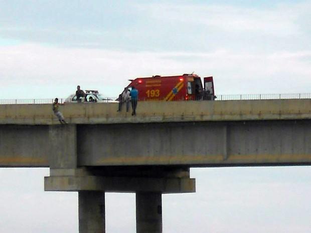 Ponte fica fechada durante resgate de homem em ponte sobre o Rio Grande (Foto: Hélder Almeida)