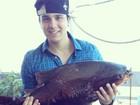 Luan Santana mostra peixão que fisgou no Pantanal