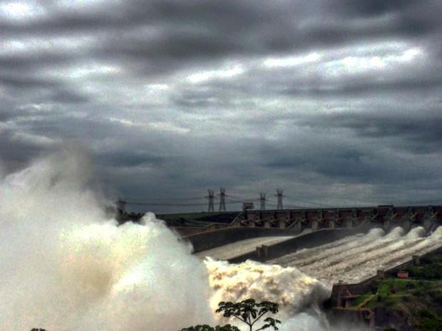As três calhas do vertedouro de Itaipu foram abertas neste domingo (22) por volta das 10h (Foto: Patrícia Iunovich / Itaipu Binacional / Divulgação)