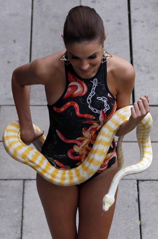 Mulher exibiu modelito estampado com cobras combinando com pton mostrada em desfile na Austrlia Foto David GrayReuters