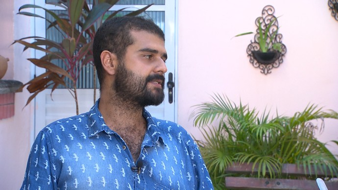 Artista plástico Thiago Gonçalves desenvolve trabalho inspirado na maniçoba (Foto: TV Bahia)