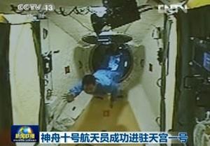 Astronauta Nie Haisheng entra no laboratório Tiangong-1 cerca de três horas após o acoplamento automático da Shenzhou-10, nesta quinta-feira (13) (Foto: AFP)