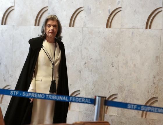 A presidente do Supremo,Càrmen Lúcia,a caminho do plenário (Foto:  ANDRÉ DUSEK/ESTADÃO CONTEÚDO)