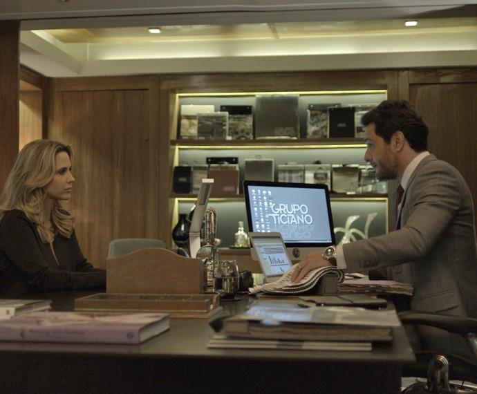 Depois de descobrir que está esperando um filho do personal trainer, a madame vai até o escritório do ex-marido para revelar a gravidez e pedir ajuda (Foto: TV Globo)