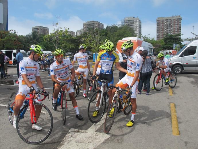 Equipe Funvic de São José dos Campos esperam a largada  (Foto: Gabriela Pantaleão)