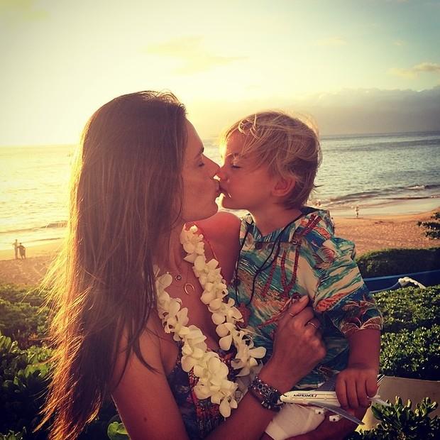 Alessandra Ambrósio com os filho Noah, no Havaí (Foto: Instagram/ Reprodução)