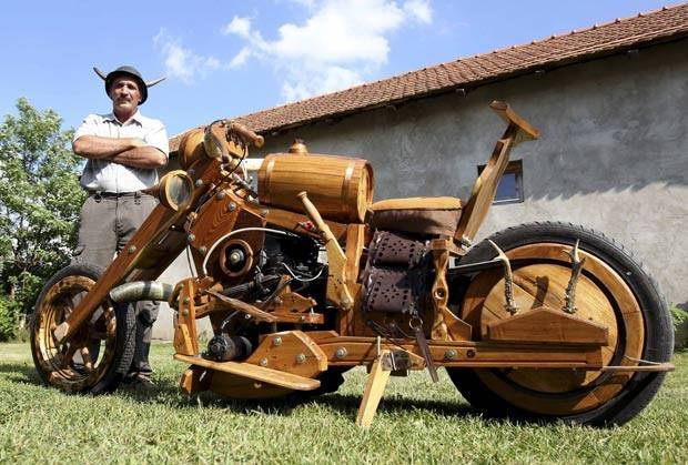Istvan Puskas, de 52 anos, criou uma moto feita de madeira. (Foto: Laszlo Balogh/Reuters)