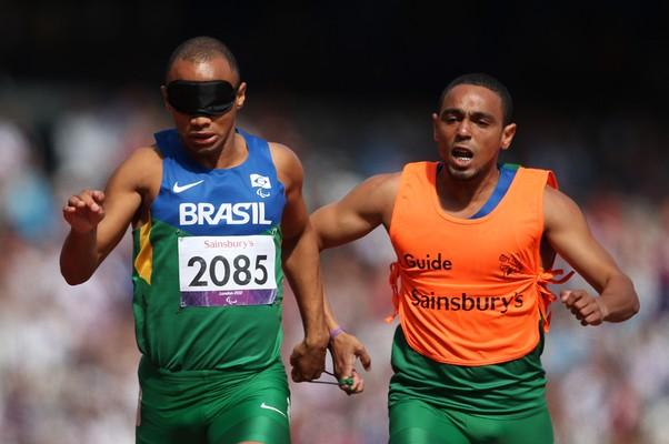 O Brasileiro Felipe Gomes conquista o ouro na paralimpíada (Foto: Bryn Lennon/Getty Images)