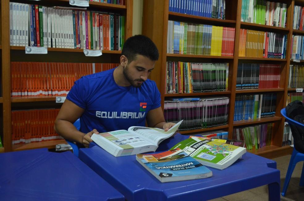 Danilo Moraes estudava em tempo integral no cursinho e em casa (Foto: Dominique Cavaleiro/G1)