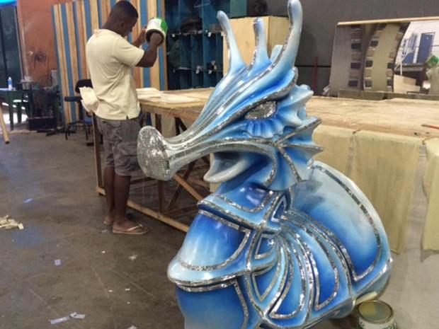 O cavalo marinho vai decorar a alegoria dos grandes navegadores (Foto: Alba Valéria Mendonça/ G1)