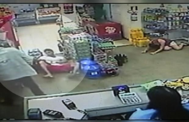 Assaltante chuta rosto de jovem durante roubo a mercearia; veja vídeo em Goiás (Foto: Reprodução/TV Anhanguera)