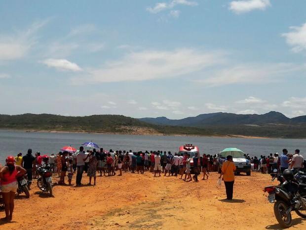 Bombeiros fazem buscam por desaparecidos após canoa afundar em Rio de Contas, na Bahia (Foto: Polícia Militar / Divulgação)