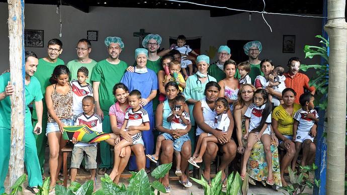 Mesut Özil crianças fundação BigShoe Coroata Maranhão (Foto: Reprodução / DFB)