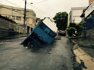 Caminhão de lixo é parcialmente engolido por buraco  (Foto: Cláudio Tonelli/Arquivo pessoal)