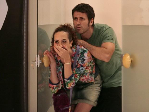 Ulisses e Frô quase não acreditam no que veem (Foto: Guerra dos Sexos / TV Globo)