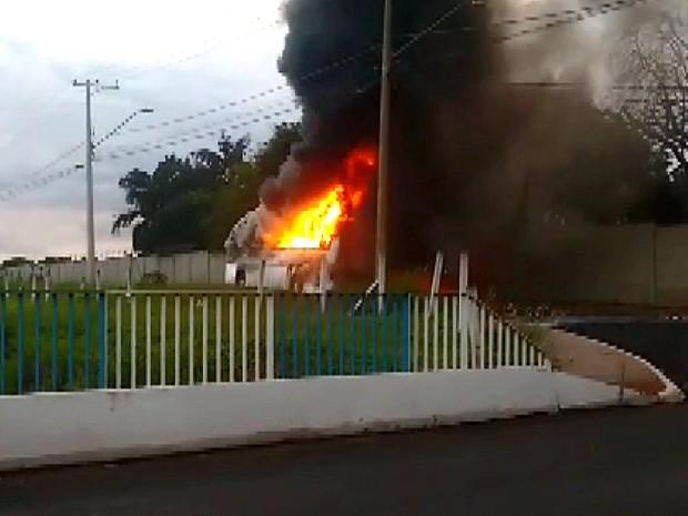 Ônibus pega fogo em Araraquara (Foto: Sérgio Caires/Noticiário Araraquara)