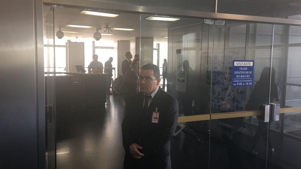 Polícia legislativa permitiu acesso apenas de funcionários ao corredor do gabinete do senador Aécio Neves (PSDB-MG) (Foto: Gustavo Garcia/G1)