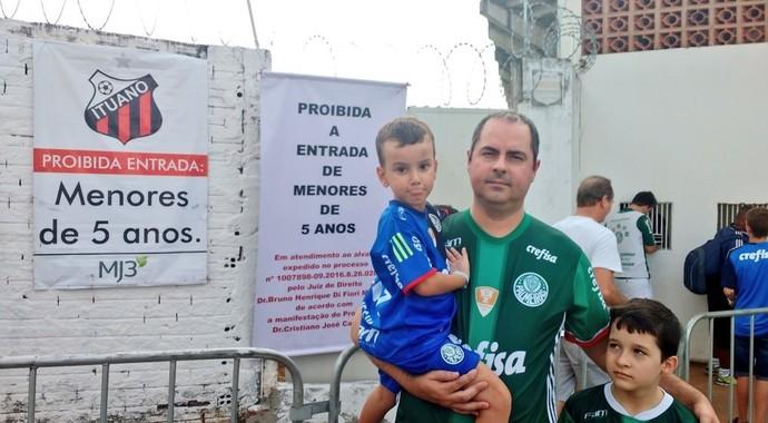 Torcedor do Palmeiras não conseguiu entrar com o filho no estádio (Foto: Tossiro Neto)